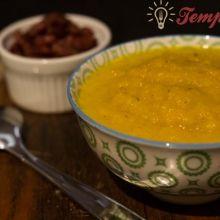 Sopa creme de aipo com cenoura e calabresa crocante