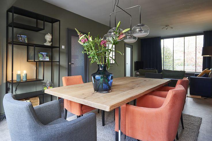 Flexa Creations Camouflage Green maakt deze kleurrijke en stijlvolle woonkamer compleet