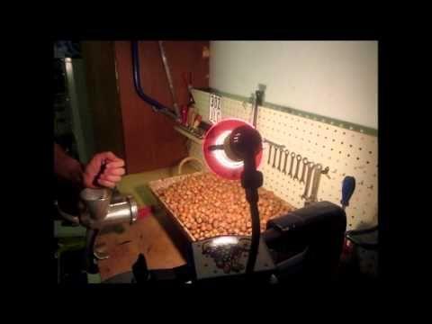 VIELE HASELNÜSSE MIT FLEISCHWOLF KNACKEN nut cracker machine