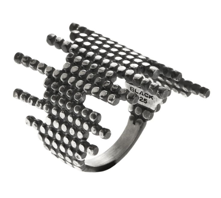 De-Con ring fra Maria Black Jewellery. Denne smukke ring er udført i oxideret sterling sølv, og designet minder lidt om Cascade ringen. Dog går cirklerne på De-Con ringen både forud og bagud, hvilket gør ringen mere opsigtsvækkende og giver den endnu mere attitude <3 #mariablack #smykker #mariablackjewellery