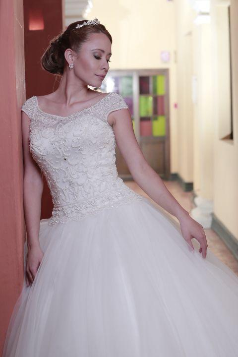 ligeras  palanganas en encaje rebordadas en pedreria y cristales  una propuesta sofisticada para una novia que quiera lucir como en un cuento de hadas