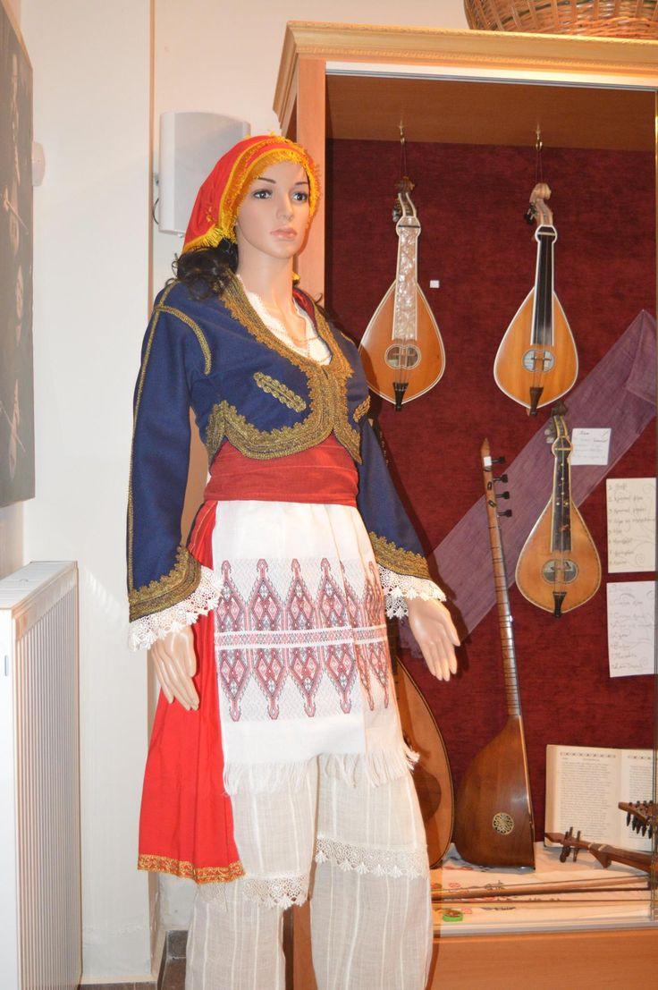 Το «Θύραθεν» απέκτησε χειροποίητη γυναικεία κρητική φορεσιά | Cretapost.gr