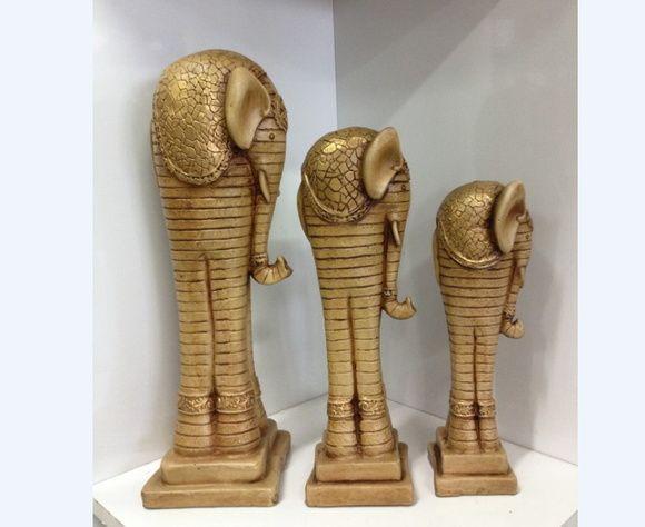 Trio de estatuas de Elefantes, feita de gesso maciço, trabalhada artesanalmente e pintada à mão.