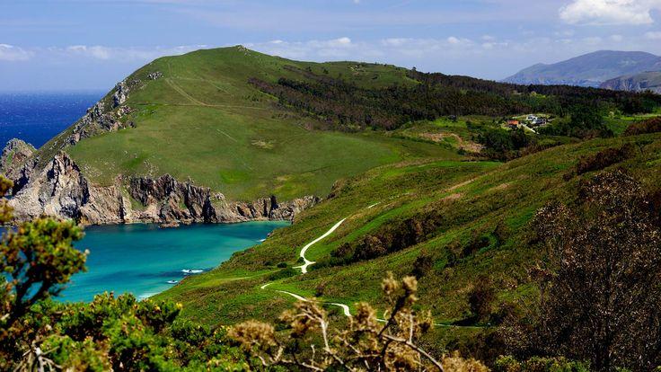 Es ist wie das Antlitz einer Schönheitskönigin, wenn man die üppige Vegetation der faszinierenden Steilküste oberhalb des Kitestrandes von Ponzos erblickt. Es ist erstaunlich welch wilde und in der Tat unberührte Natur sich unmittelbar in der Nachbarschaft der Hafenstädte Ferrol und A Coruña finden lässt. Die cleansten Wellen finden Kitesurfer an den ersten starken Nordostwindtagen nach Westswell. Der Nachbarstrand Praia de Santa Comba hat meist cleanere Wellen, jedoch böhigeren Wind und…
