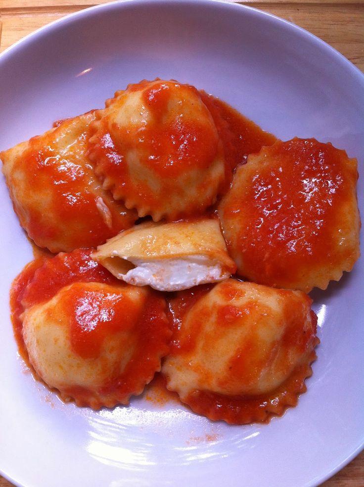 Sorelle in pentola: Ravioli al formaggio di capra con salsa di Pachino...