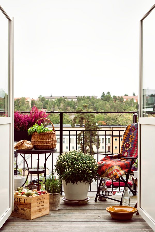 Västertorp, Svenska Mäklarhuset #balkon #inspiratie warme tinten op het balkon