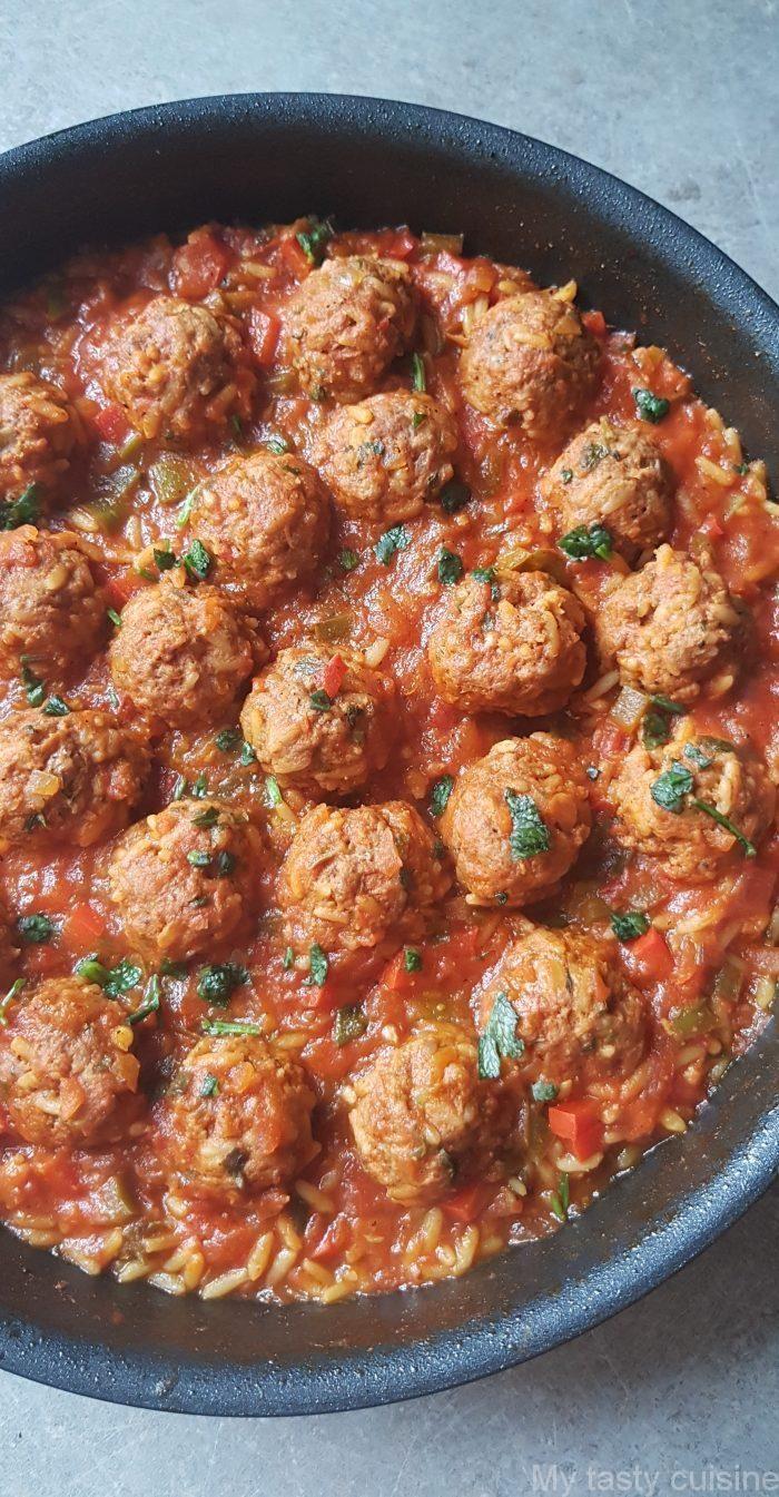 Nach einer langen Abwesenheit auf meinem Blog kann ich meine Erfolge weitergeben. Ich schließe meine große Verzögerung ein. In diesem Artikel schlage ich ein Rezept für gehackte Fleischbällchen und Reis vor, die in Tomatensauce und Paprika geschmort sind. Mit hausgemachtem Brot und Gurkensalat mit Tomaten servieren …   – Marie Lambert