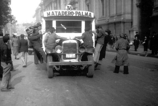 1940, Santiago de Chile, micro transportando gente
