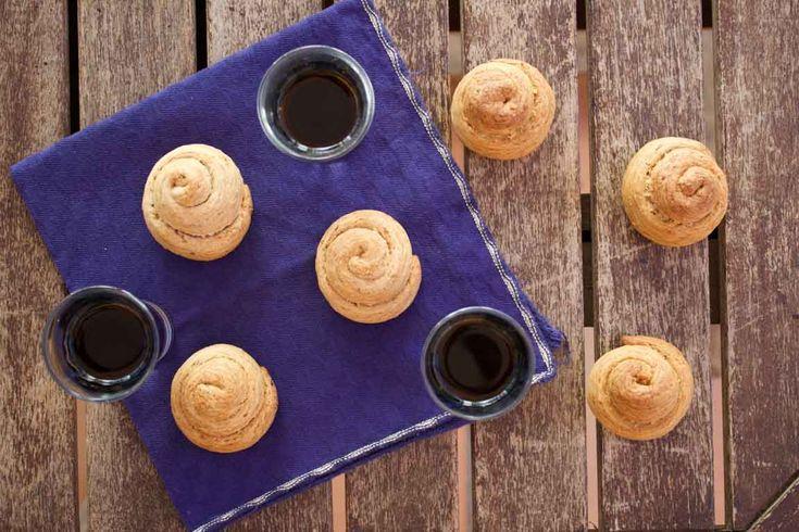 I biscotti di San Martino sono tipici biscotti siciliani dalla consistenza dura, che si mangiano solitamente insieme al vino moscato o al marsala.