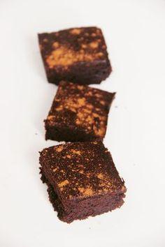 SPÉCIALITÉ DU MEXIQUE : BROWNIE MEXICAIN - Aujourd'hui je vous propose de réaliser un dessert fabuleux! Le brownie mexicain est la la gourmandise parfaite pour votre prochaine fête ou repas de famille! Le brownie mexicain pourrait ressembler à n'importe quel brownie, mais il contient quelques épices qui en font un dessert parfait pour les plus grands : de la cannelle et une…