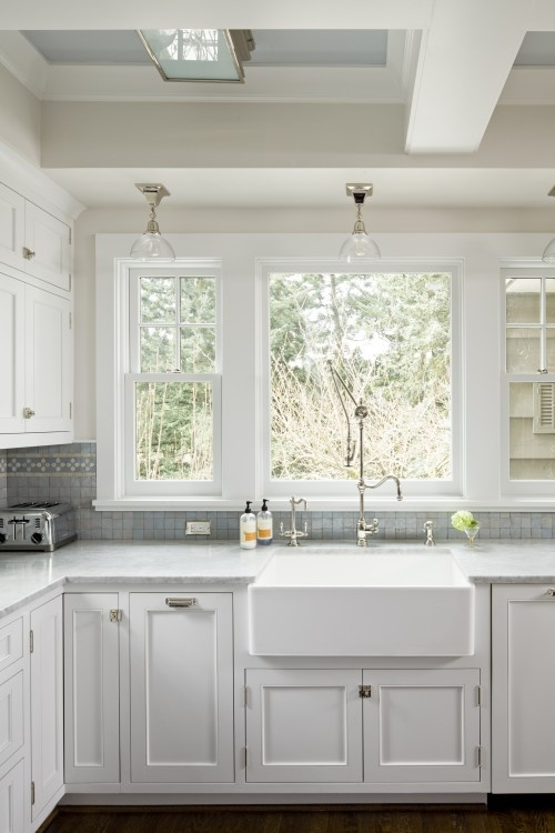 gray white kitchen... Love the color coordination with ceiling and backsplash. Lovely!