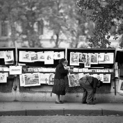 Bouquinistes in Paris, 1967 Juergen/Timeline Images #Atmosphäre #atmosphärisch #Design #Designkonzept #Farben #Konzept #kreativ #Kreativität #Moodboard #Mood #Stimmung #stimmungsvoll #Thema #Moodboardideen #Moodboarddesign #Paris #Cafe #Kontraste #Touristen #Jacken #Mäntel #60er