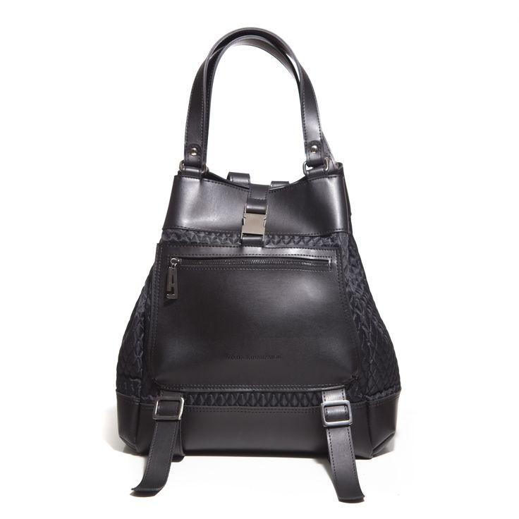 Τσάντα «The Comfort Bag» 2 σε 1. Backpack και shopper bag σε ένα σχέδιο. Κατασκευασμένο απο recycled leather και καπιτονέ αδιάβροχο ύφασμα. Με δύο εξωτερικές τσέπες. Διαθέτει φόδρα και μεταλλικά στοιχεία σε μαύρο νίκελ.