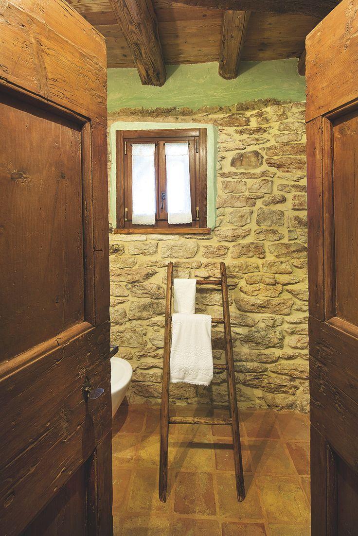 Come riutilizzare una scala antica, nella funzione di porta asciugamano.