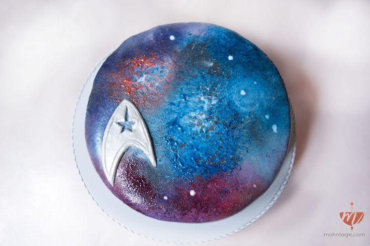 Dunkle Schokolade, frische Himbeeren und Pistaziencreme machen diesen Dark Velvet Galaxy Cake zur süßesten Geburtstagsüberraschung seit es Star Trek gibt.
