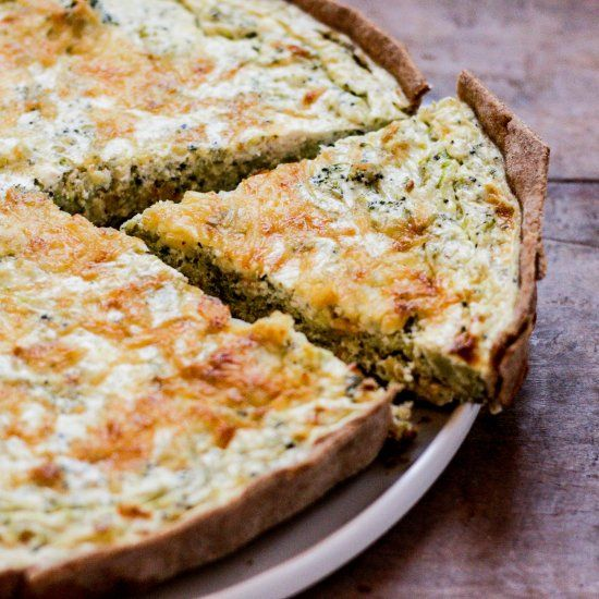 Comforting, healthy broccoli and ricotta quiche with zucchini and Gouda cheese. (In Spanish)