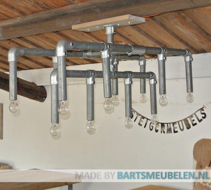 Stoere lamp van steigerbuis, te bestellen via www.bartsmeubelen.nl