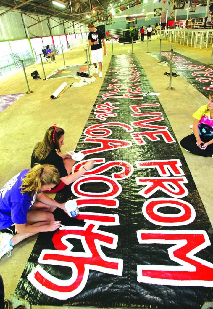 homecoming floats for high school | Parade preparations ...