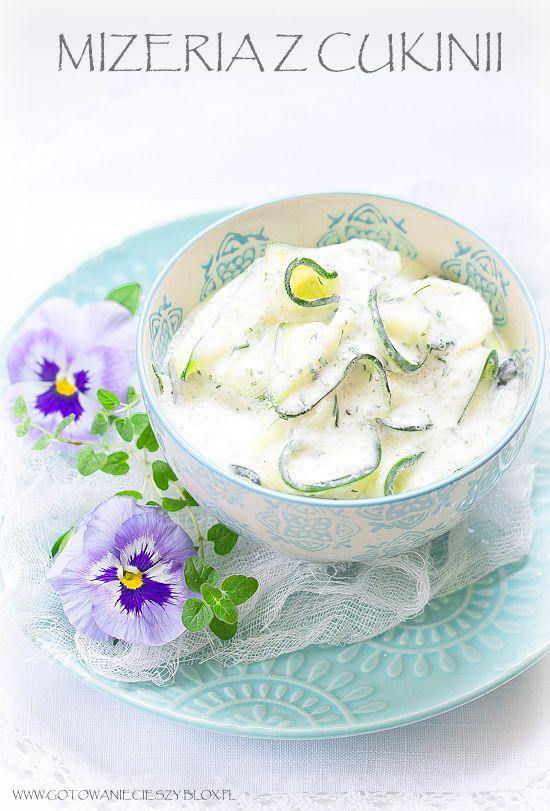 Cukinia  -  młode cukinie,  jogurt,  kwaśna śmiet.18%, czosnek, koperek, sól i pieprz
