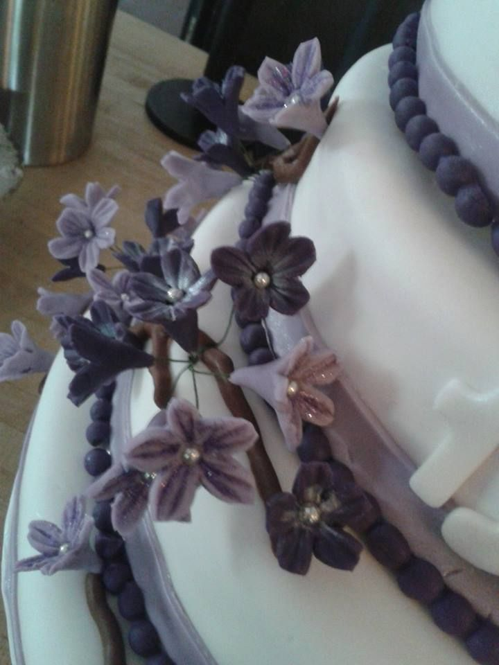 Bloemen op de bruidstaart