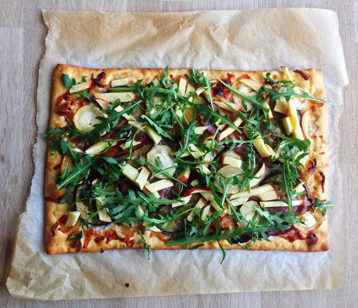 pizza med gedeost, aubergine, serranoskinke og æbler