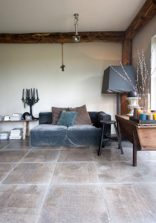 Gerenoveerde boerderij met vloer van kalksteen Gris Foussana - Kersbergen natuursteen -  vloeren ideeën | UW-vloer.nl