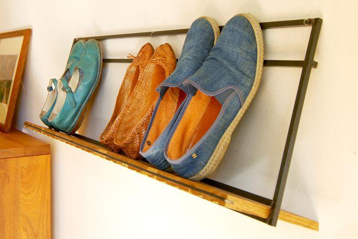 鉄の角棒と板材を組み合わせた壁掛けの靴棚です。奥行きを最小限に留め、飾る場所を選びません。