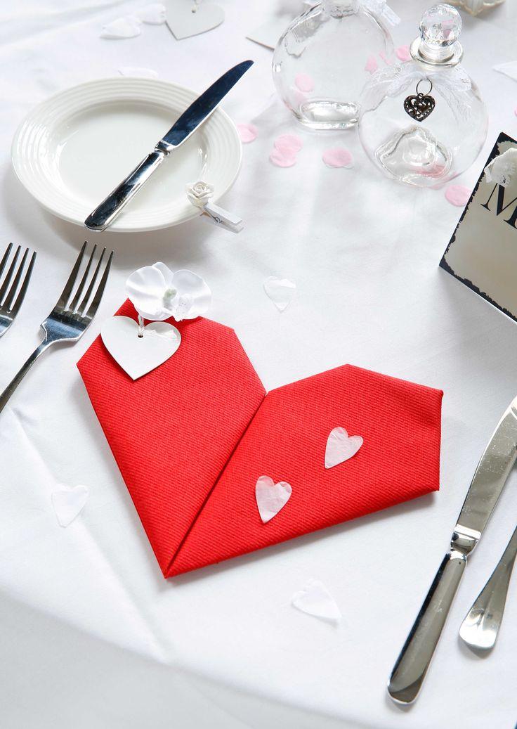 Speciaal voor het kersverse paar: servetten in de vorm van een hartje en extra versierd met kleine hartjes en bloemen. #Trouwen #Huwelijk #Liefde #AVA #AvaPapierwaren #servetvouwen