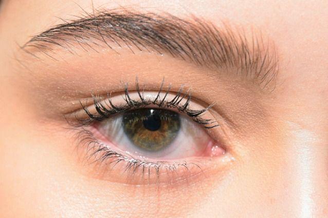 Hai la palpebra cadente e non sai come valorizzare il tuo sguardo? Ecco tutti i consigli per truccare al meglio i tuoi occhi, dalla scelta dei colori alla stesura dell'ombretto.