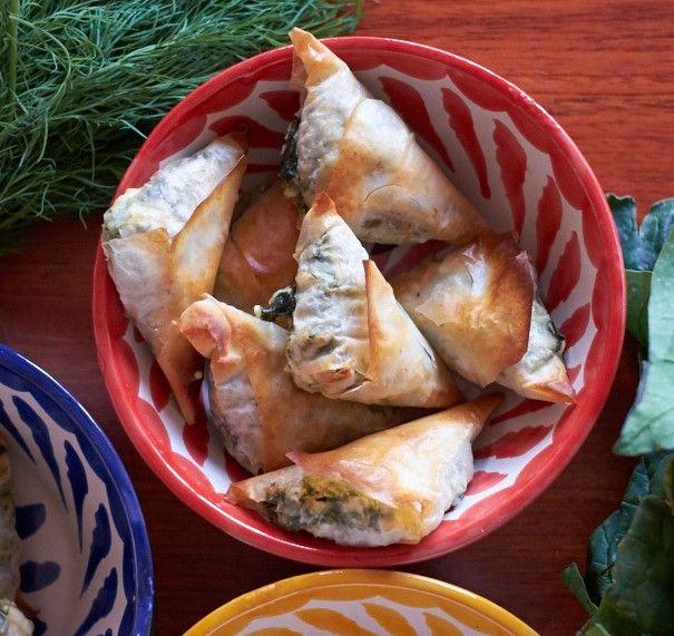 Receta de samosas al horno con espinacas, queso feta, cebolla, pasta brick perfectas para un aperitivo diferente y nutritivo.