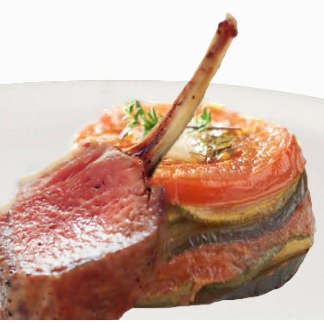 Heerlijk recept van lamsrack met provençaalse tian. Dit gerecht kun je eten als voorgerecht maar ook als hoofdgerecht en is uitstekend te combineren met 2013 - Côtes du Rhône - Patrice Magni. Recepten en wijnen zijn te vinden op www.MijnWijnPlein.nl