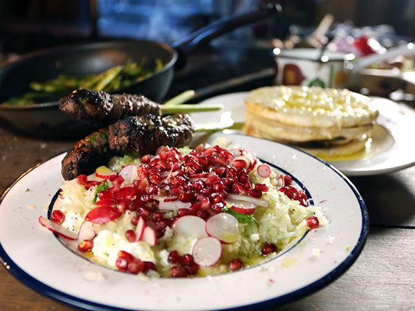 Grillade kebabspett gjorda på lammfärs. Serveras med fräsch yoghurt med fänkål och granatäpple, vitlöksgrillade pitabröd och stekta edamamebönor.