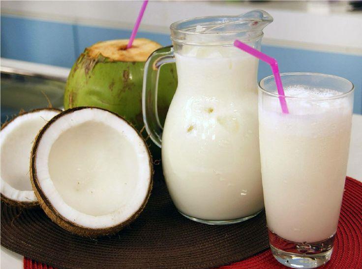 Cocococtel.  Cocina Costarricense los quiere antojar con esta refrescante bebida. Requiere 1 litro de agua de coco, 1 taza de leche o crema de coco (200ml), 1/2 taza de ron blanco, 1 lata de leche condensada (390gr). Licue todos los ingredientes por 2 minutos y sirva de inmediato con bastante hielo. (*puede omitir el licor para servir como batido)