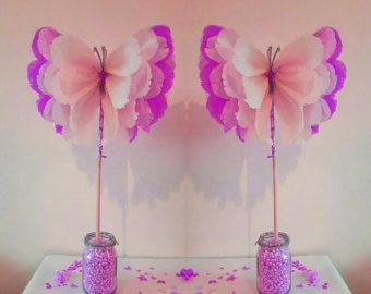 Hecho a mano hecho a la medida de hermosas mariposas / pompones Estas deliciosas pompones son la decoración perfecta para alegrar cualquier espacio para ser admirado por todo el mundo. Son perfectas para niños cumpleaños o cualquier ocasión especial. Estos pompones son todos hechos a mano como se muestra en las fotos anteriores  por favor deje un mensaje en el pedido que me avisen de qué color es necesario rosa pastel, amarillo, turquesa, lila, rojo, negro, cadbury violeta naranja verde ...