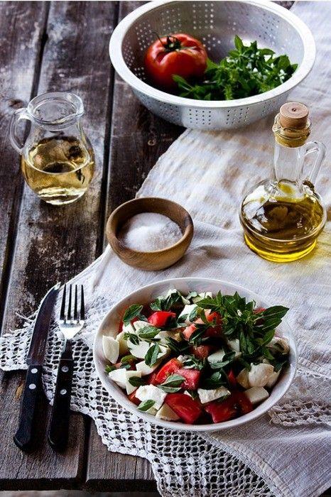 mozzarella tomato basil saldOlive Oil, Italian Food, Caprese Salad, Lunches Food, Mediterranean Food, Healthy Dinner, Summer Salad, Cooking Tips, Tomatoes Basil