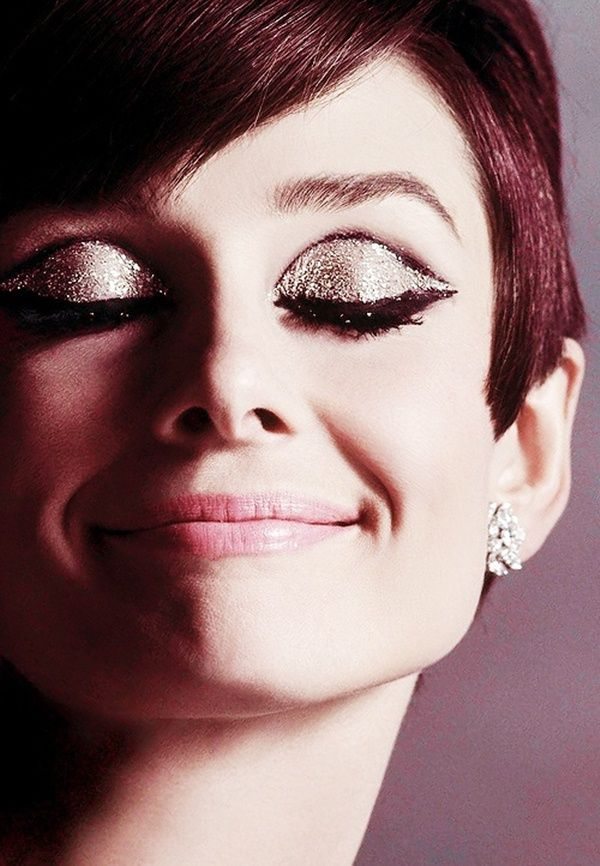 Audrey looked amazing in pink lipstick glittery eye shadow....mascara faux lashes of the extraordinarily large size...so 60s....http://tempodadelicadeza.com.br/#