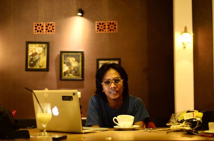 Malam dipekan kedua bulan Mei. Lokalkarya.com berkesempatan semeja dan minum kopi bersama Mohammad Najib (32). Pemuda kreatif Jember yang kini sukses dengan project- project multimedianya di ibukota. Perawakanya santai dengan tampilan casual. Celana jeans dipadu t-shirt warna biru muda, berkacamata bulat, dan berambut lurus belahan tengah. Disalah satu caffe di Jember, Najib sedang brecerita tentang…