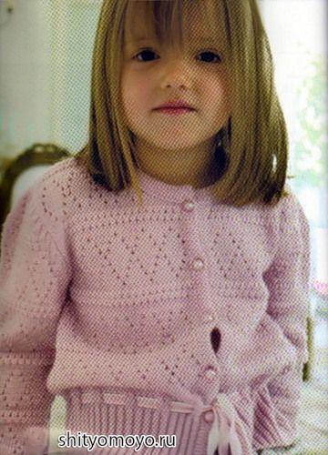 Нежная розовая кофточка для девочки связана спицами узором «ромбы».