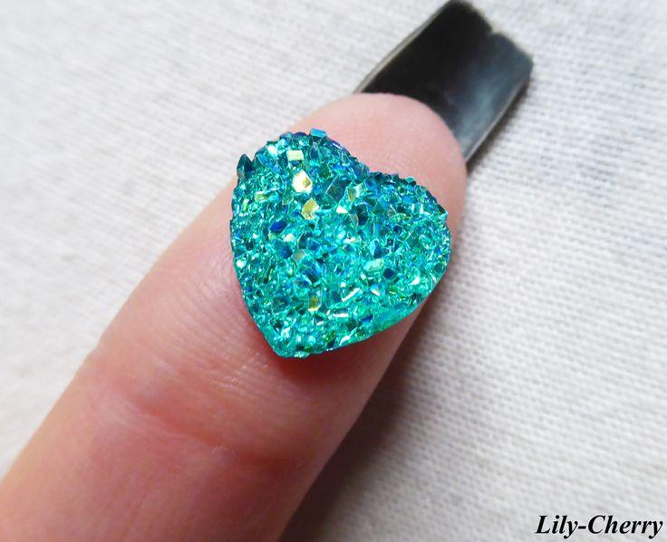 Cabochon coeur BLEU TURQUOISE couleur nacré irisé 12mm a facette strass imitation druzy pierre x1 : Cabochons, demi-perles par lilycherry