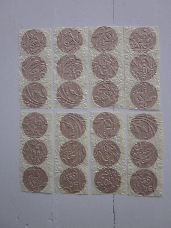 Embossed stickers  Kraft papieren stickers geembost met een bloemen en ranken textuur --- Leuk als sluitzegel op een envelop of op cadeaus
