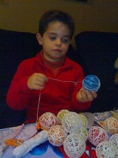 El Racó dels Nens: Manualitats: fem les nostres boles per l'arbre de Nadal