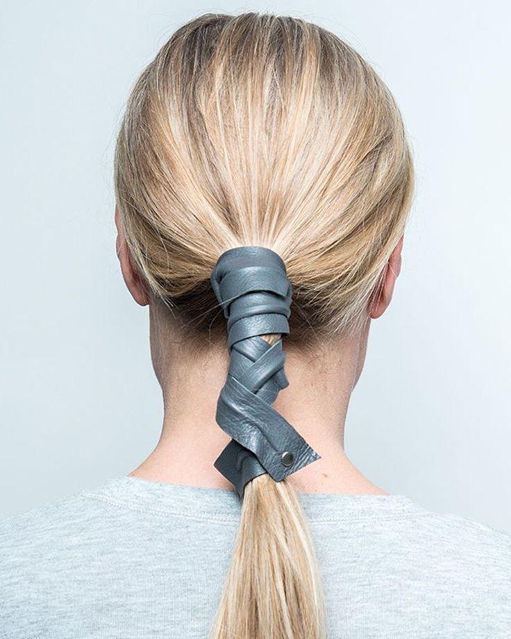 Formbart hårband i läder som enkelt kan hålla upp håret i en fin knut. Passar till vardags likt till fest. Finns i fyra fina färger. För att skapa looken, besök www.corinne.world