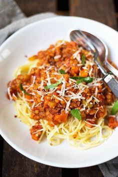 Vegane 20-Minuten Rote Linsen-Bolognese. Super schnell gemacht und UNGLAUBLICH lecker - Kochkarussell.com