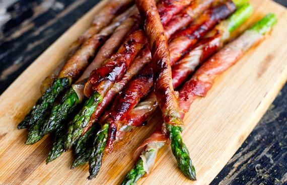 Gegrilde groene asperges: Echt de moeite waard! Deze asperges zijn een originele hap bij de aperitief. Of als voorgerecht met een kruidig broodje. Ook lekker me