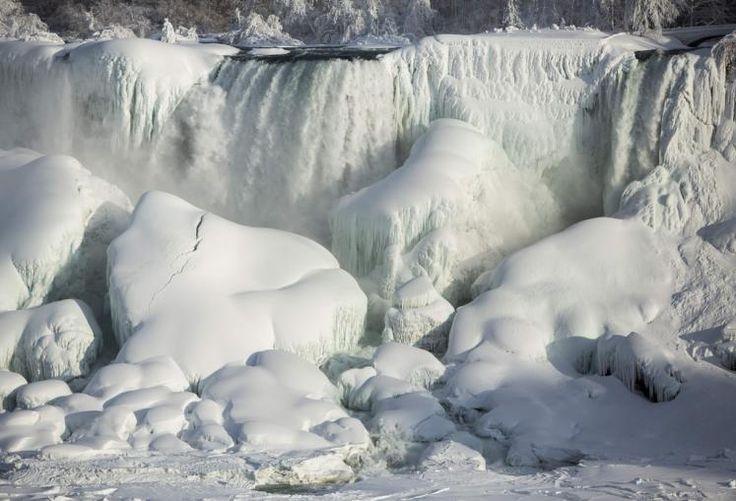 """Niagarafälle gefroren: Eiseskälte im US-Bundesstaat New York: Bei gefühlten Temperaturen von bis zu Minus 40 Grad sind sogar Teile der riesigen Niagarafälle (im Bild die """"American Falls"""") eingefroren. Mehr Bilder des Tages: http://www.nachrichten.at/nachrichten/bilder_des_tages/ (Bild: Reuters)"""