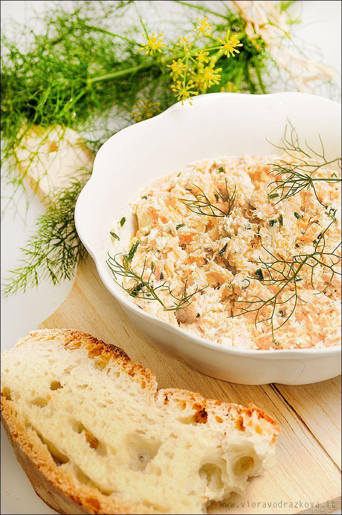 Salmone al forno sminuzzato con erba cipollina,formaggio cremoso succo di limone,finocchietto selvatico,olio d'oliva,sale,pepe...pane e un bicchiere di vino...