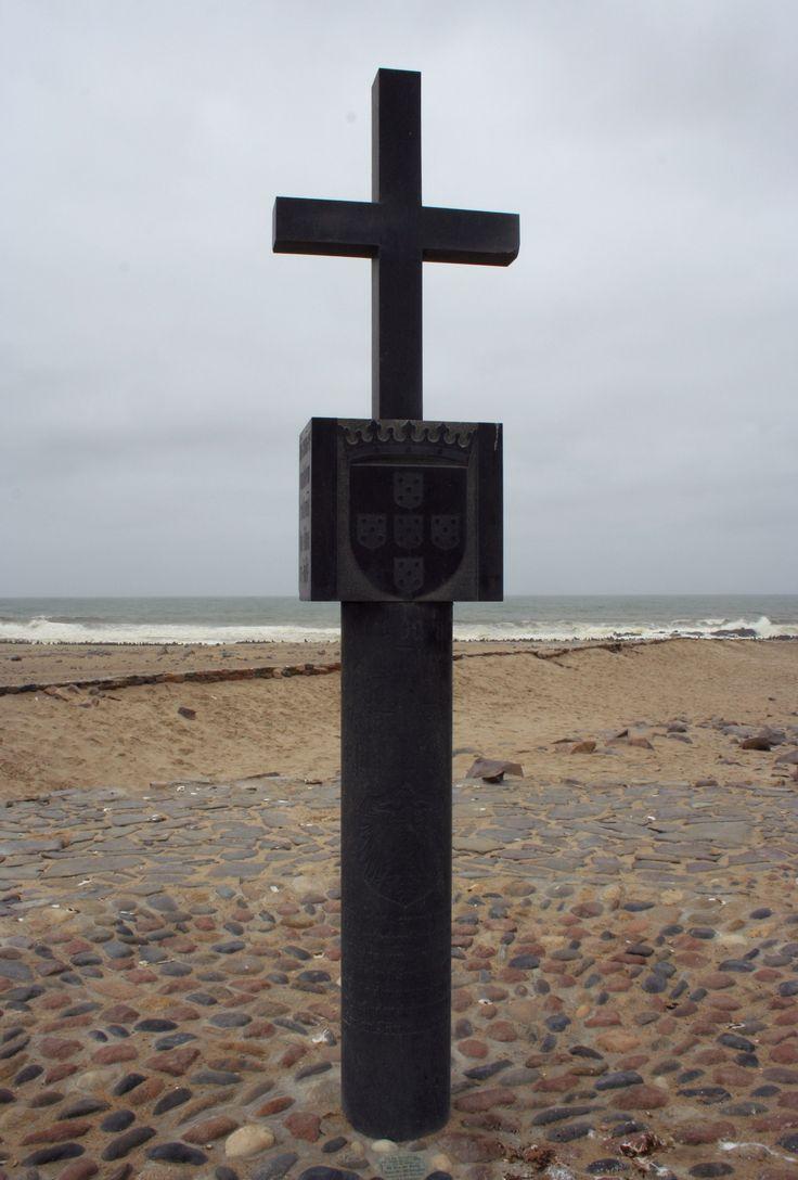 """""""Réplica del padrão colocado por Diogo Cão en el Cabo da Cruz alrededor de 1485-86"""" / fotografia realizada por Isabel Zilhão. 2012"""
