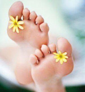 Wat je kunt doen tegen voetschimmel Voetschimmel is een irriterende en soms pijnlijke schimmelinfectie in de meest donkere en vochtige plekjes tussen de tenen. Het onderstaande natuurlijke middel tegen voetschimmel houdt de voeten droog en de knoflook en de tea tree olie bestrijden de schimmel. Het middel helpt ook stinkende zweetvoeten te bestrijden. Wie zo nu en dan een knoflook voetenbad neemt versterkt het effect…