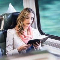 Una mujer lee la Biblia en el tren