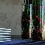 A decoraçãoutilizandoobjetos de cores próximas ao mobiliário cria harmonia e aconchego, vasos de tulipa roxa que trazem aoambienteseu significado de quietude e paz descansam dentro de vasos de vidro, em uma proposta de aquário. Um trilho em tons deberinjelasaturadocomplementam adecoração sobre mesa junto aos pratos e às taças com desenho delicado.    Um ambiente audaz,românticoe...